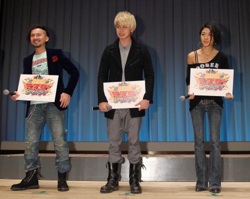 ISSAと福本幸子 おそろいリングで舞台あいさつ